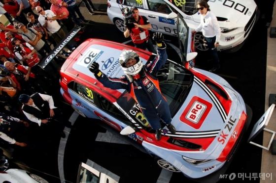 현대자동차의 첫 판매용 서킷 경주차인 'i30 N TCR'이 글로벌 최정상급 투어링카 대회인 '2018 WTCR(World Touring Car Cup)' 개막전에서 우승했다./사진제공=현대차