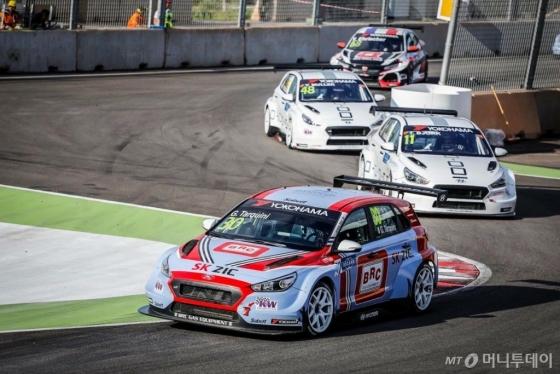 글로벌 최정상급 투어링카 대회인 '2018 WTCR(World Touring Car Cup)' 개막전에서 우승한 현대자동차의 첫 판매용 서킷 경주차인 'i30 N TCR'./사진제공=현대차