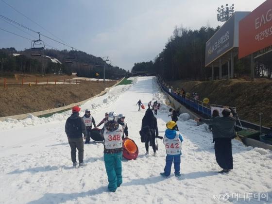 지난해 4월 강원도를 찾은 태국 관광객들이 눈썰매를 즐기고 있는 모습. /사진제공=한국관광공사