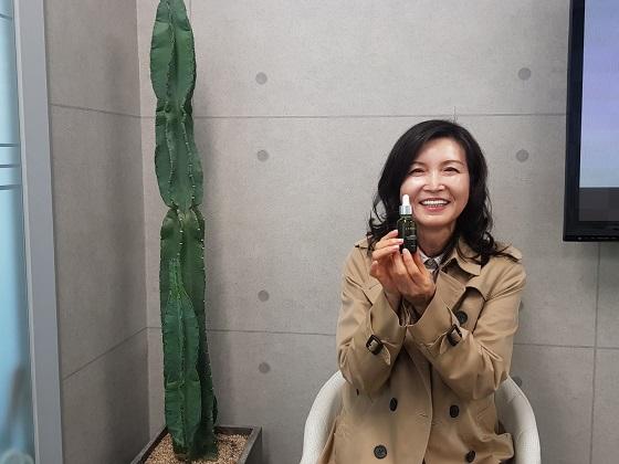 박애란 탐라타마누 대표가 인터뷰 중 랑벨 '링바이오오일'을 들어 보이며 포즈를 취하고 있다/사진=중기협력팀 구원희