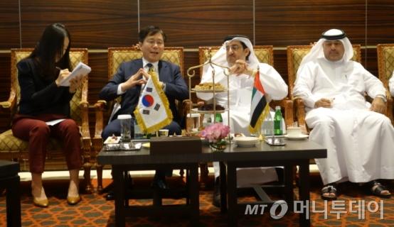 성윤모 특허청장이 UAE 경제부 차관과 고위급 회담을 진행하고 있는 모습./사진제공=특허청