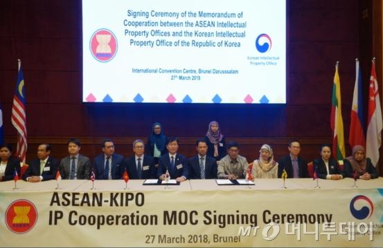 성윤모 특허청장(사진 왼쪽에서 6번째)은 지난달 27일 브루나이 반다르스리브가완 국제컨벤션센터에서 개최된 '제1차 한-ASEAN 특허청장회의'에 참석해 ASEAN 10개국 대표단들과 지재권 분야 협력비전과 목표를 담은 협력각서에 서명했다./사진제공=특허청