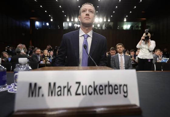 """마크 저커버그 페이스북 CEO가 10일(현지시간) 워싱턴 상원 법사위원회와 상무위원회의 합동 청문회에 출석해, 페이스북 이용자 수천만 명의 개인정보가 무단으로 유출돼 지난 대선 과정에 이용됐다는 의혹과 관련한 증언을 하고 있다. 정장을 입고 나타난 저커버그 CEO는 이날 """"개인정보 유출은 명백한 실수""""라며 """"모든 것은  내게 책임이 있다""""고 밝혔다.  ⓒ AFP=뉴스1  <저작권자 ⓒ 뉴스1코리아, 무단전재 및 재배포 금지>"""