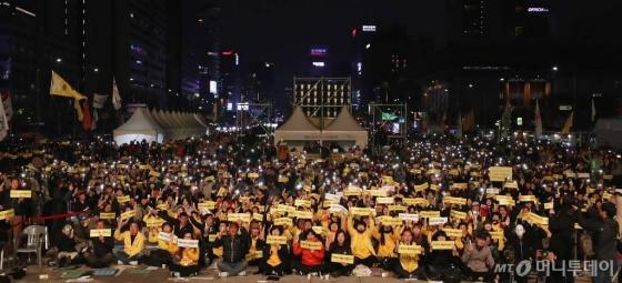 14일 오후 서울 광화문광장에서 열린 '4월 16일의 약속 다짐 문화제'에 참여한 시민들이 피켓을 들고 있다. / 사진=김휘선 기자