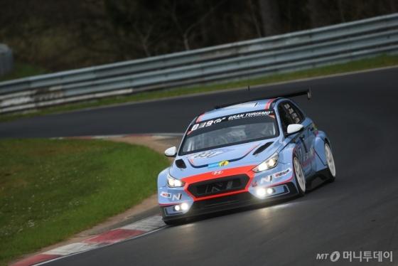 지난 15일(현지시각) 독일 뉘르부르크링 서킷에서 열린 6시간 예선전(ADAC Qualification Race 24h)에 출전한 현대자동차 'i30 N TCR'/사진제공=현대차