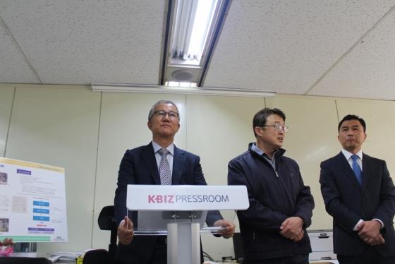 전범근 에코크레이션 대표(왼쪽)는 16일 서울 여의도 중소기업중앙회에서 열린 기자간담회에서 폐비닐 저온 열분해 기술에 대해 설명을 하고 있다./사진제공=중소기업중앙회