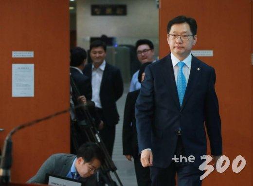 더불어민주당 김경수 의원이 2일 오후 서울 여의도 국회 정론관에서 경남도시자 선거 출마를 선언하기 위해 단상으로 올라서고 있다. /사진=이동훈 기자