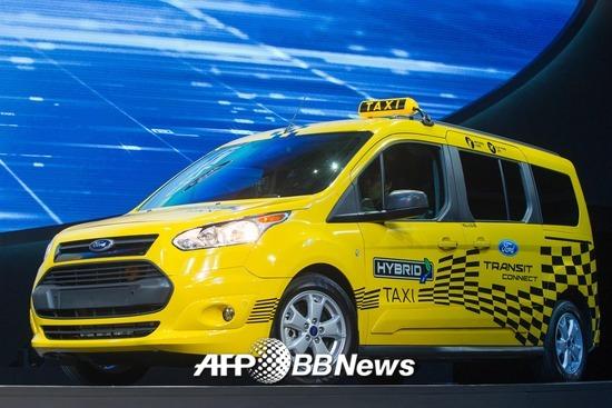 미국 자동차 업체 포드가 자체 자율주행 운송 서비스를 운영하겠다고 밝혔다. 사진은 2017년 공개된 포드의 택시차량. /AFPBBNews=뉴스1