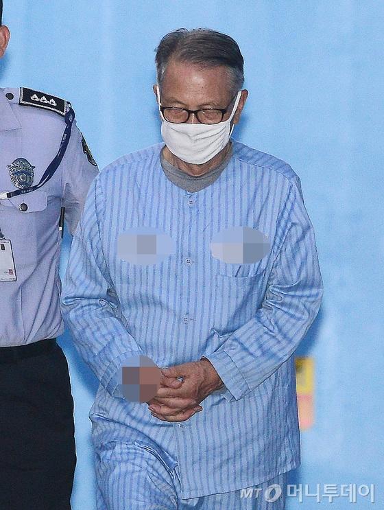 옷 갈아입을 기력도 없어 환자복 입고 법정에 온 김기춘 전 대통령 비서실장.