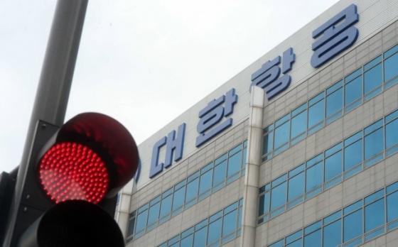 서울 강서구 대한항공 본사 앞 빨간 신호등 너머로 대한항공의 로고가 보인다. / 사진=뉴시스