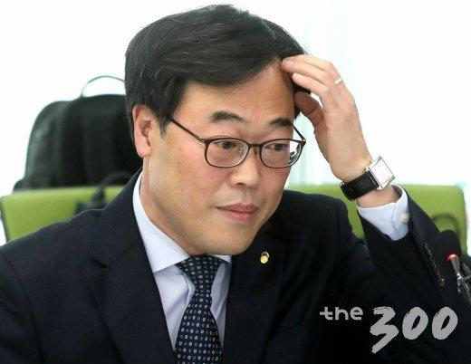 김기식 금융감독원장이 16일 오후 서울 마포구 저축은행중앙회에서 열린 저축은행 최고경영자 간담회에서 머리를 만지고 있다.