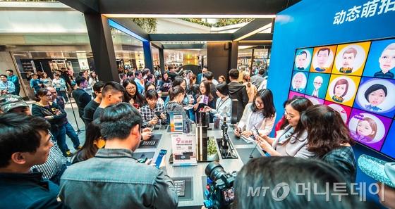 삼성전자가 지난주  러시아, 중국, 이탈리아 등 해외 주요 도시에 갤럭시 스튜디오를 오픈했다. 갤럭시 스튜디오 방문객들은 '갤럭시 S9·S9+'의 카메라 기능, AR 이모지, 스테레오 스피커 등과 기어 VR, 기어 360 카메라를 체험할 수 있다.   중국 광저우 갤럭시 스튜디오 방문객들이 '갤럭시 S9·S9+'를 체험하고 있다.(삼성전자 제공) 2018.4.1/뉴스1  <저작권자 © 뉴스1코리아, 무단전재 및 재배포 금지>