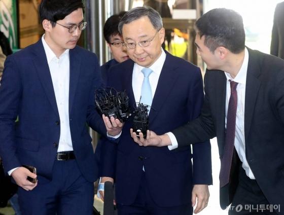 정치자금법 위반 혐의를 받고 있는 황창규 KT 회장이 17일 오전 서울 서대문구 경찰청사에 피의자신분으로 출석하고 있다. /사진=홍봉진 기자
