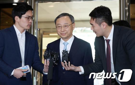 정치자금법 위반 혐의를 받고 있는 황창규 KT 회장이 17일 오전 피의자 신분으로 경찰 조사를 받기위해 서울 서대문구 경찰청으로 출석하고 있다. 2018.4.17/뉴스1 © News1 박세연 기자
