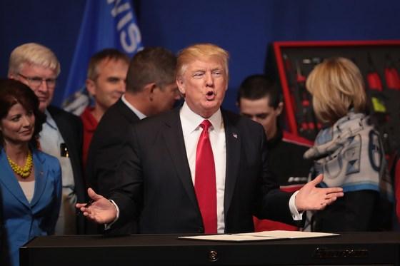 도널드 트럼프 미국 대통령이 지난해 4월 위스콘신 주 커노샤에 있는 도구 제조업체 '스냅온'본사를 방문해 '미국 물건을 사고 미국인을 고용하라'는 행정명령에 서명한 뒤 연설을 하고 있다. /AFP=뉴스1