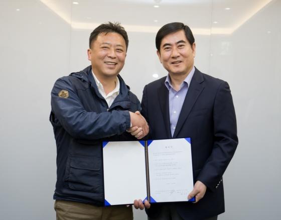 17일 서울 가든호텔에서 삼성전자서비스지회 나두식 지회장(왼쪽)과 삼성전자서비스 최우수 대표이사(오른쪽)가 협력업체 직원 직접 고용 합의서에 서명했다. /사진제공=삼성전자서비스