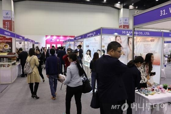 허난성 정저우에서 17일 개막한 '허난성 국제 투자무역 박람회' 내 한국 부스를 현지 중국인들이 둘러보고 있다./사진=진상현 베이징 특파원.