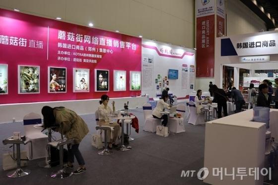 중국의 인터넷스타, 왕훙들이 허난성 국제 투자무역 박람회에서 한국 상품 판촉을 위한 방송을 준비하고 있다./사진= 진상현 베이징 특파원