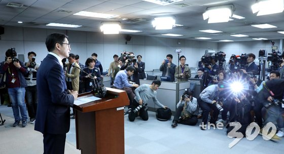 김경수 더불어민주당 의원이 지난 16일 오후 서울 여의도 국회 정론관에서 '민주당원 댓글조작' 연루 의혹과 관련 기자회견을 마친 뒤 밖으로 나오고 있다. /사진=뉴스1