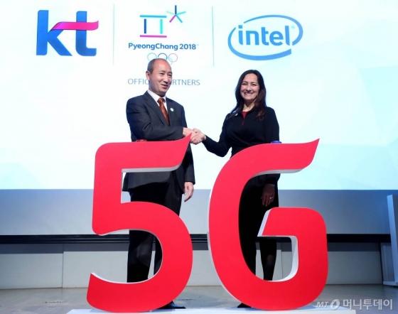 오성목 KT 네트워크부문 사장(왼쪽)과 샌드라 리베라 인텔 네트워크플랫폼그룹 부사장이 지난해 2018 평창 동계올림픽 5G 공동협력 선언식에 참석했다. /사진=홍봉진 기자.