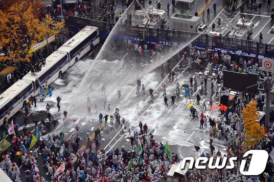 2015년 11월14일 서울 세종대로에서 열린 민중총궐기대회에서 경찰이 참가자들에게 물대포를 쏘고 있다.© News1 김명섭 기자