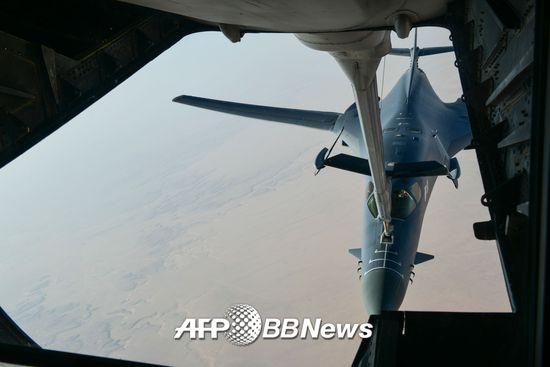 미국이 아랍연합군을 결성해 시리아주둔 미군을 대체하려는 방안을 고려하고 있다. 사진은 지난 13일 공습을 준비하는 미국 전투기의 모습./AFPBBNews=뉴스1
