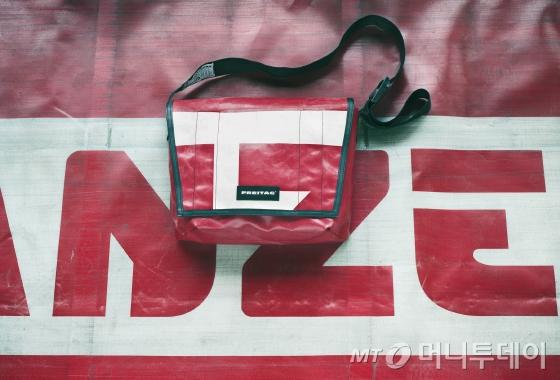 타폴린으로 제작한 가방/사진제공=프라이탁
