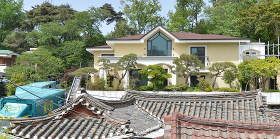 뒤쪽에 연노랑 집이 朴의 새 집./사진=뉴스1