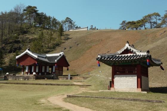 장릉 아래에 있는 정자각과 비각.
