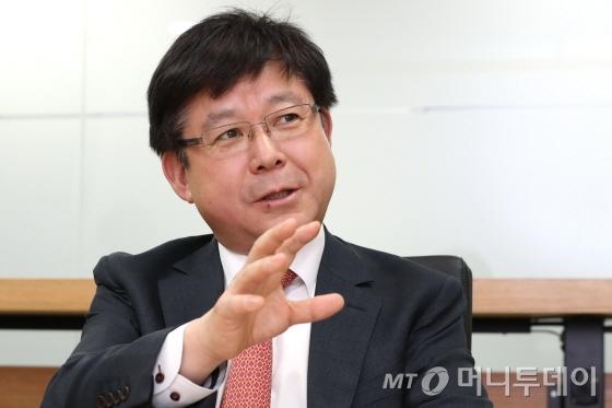 허남용 국가기술표준원장이 19일 서울 서린동 머니투데이 본사에서 진행된 인터뷰에서 국가 표준·인증 정책 추진 방향에 대해 설명하고 있다./사진=이기범 기자