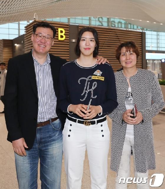 'WNBA 도전' 박지수, 가족 배웅 속 美 출국 (종합)