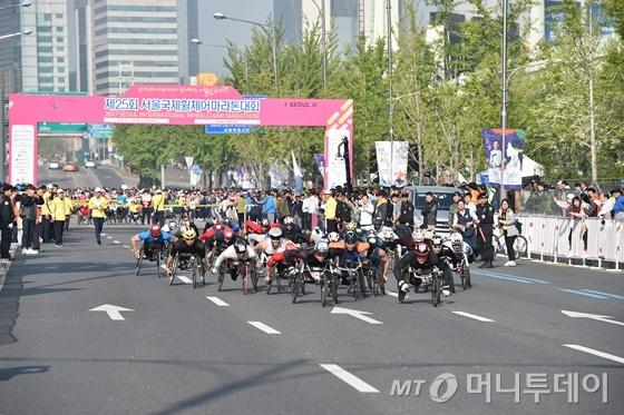 지난해 4월 서울에서 열린 휠체어마라톤 대회 출발 모습/사진제공=서울시