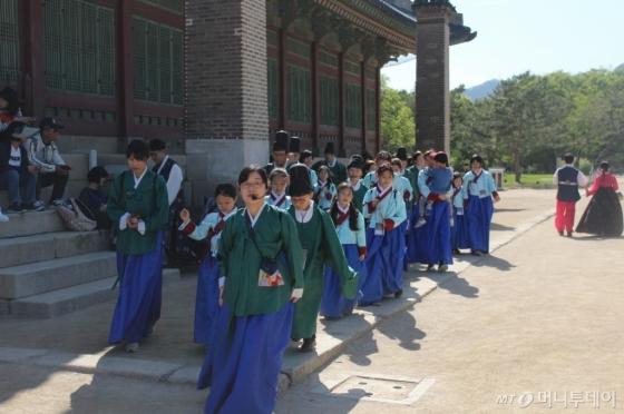 스토리텔링 역할극을 이용한 궁궐 미션투어. /사진제공=문화체육관광부<br />
