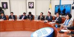 남북정상 만남 지켜보는 故 김대중-노무현 전 대통령
