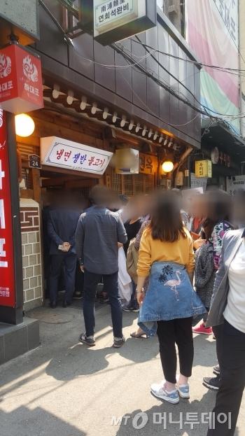 남북정상회담이 열린 27일 서울의 한 평양냉면 전문점 앞으로 시민들이 긴 줄을 섰다./사진=머니투데이