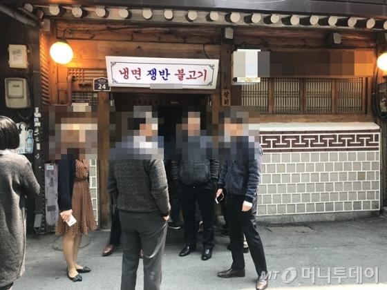남북정상회담이 열린 27일 서울의 한 평양냉면 전문점 앞으로 시민들이 긴 줄을 섰다./사진=김자아 기자