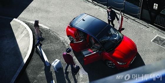 현대자동차가 국내 대표 카셰어링 업체 그린카와 함께 다음달 1일부터 6월 30일까지 신형 벨로스터를 무료로 시승해 볼 수 있는 이벤트를 실시한다./사진제공=현대차