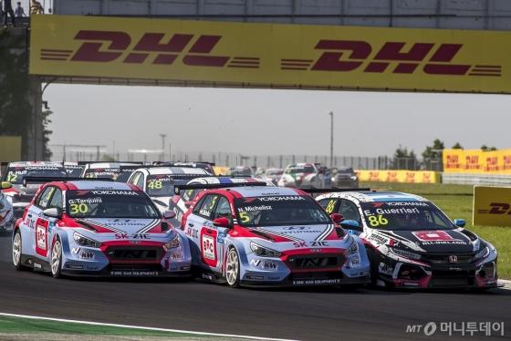 현대자동차 'i30 N TCR' 경주차가 지난 28~29일 헝가리 '헝가로링 서킷(Hungaroring Circuit)'에서 개최된 '2018 WTCR' 두 번째 대회에서 레이스를 펼치고 있다./사진제공=현대차