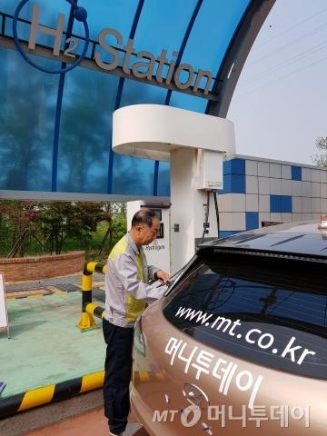 이승민 상암수소스테이션 운영소장이 30일 머니투데이의 '넥쏘' 취재차량에 수소를 주입하고 있다./사진=장시복 기자