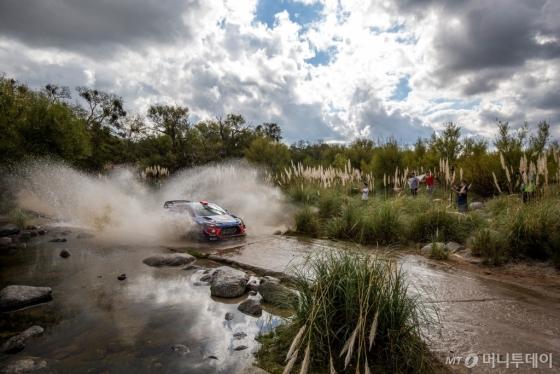 현대자동차 'i20 WRC' 경주차가 '2018 WRC 5차 대회 아르헨티나 랠리'에서 경주하는 모습/사진제공=현대차