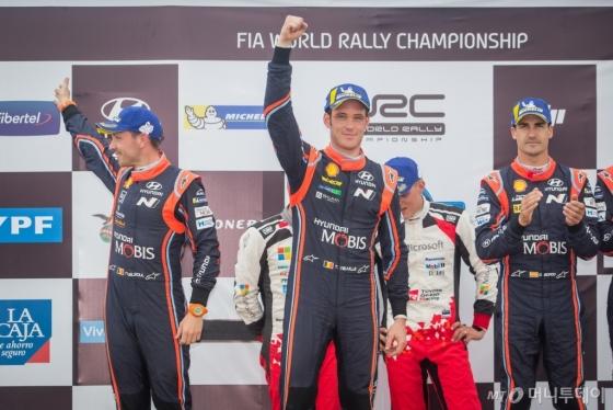 현대자동차가 지난 26일부터 29일까지 나흘간 아르헨티나 코르도바주 비야 카를로스 파스에서 열린 '2018 월드랠리챔피언십(WRC)' 5차 대회에서 현대차 월드랠리팀 소속 티에리 누빌과 다니 소르도가 각각 2·3위를 차지하며 더블 포디움(3위 내 입상)을 달성했다./사진제공=현대차