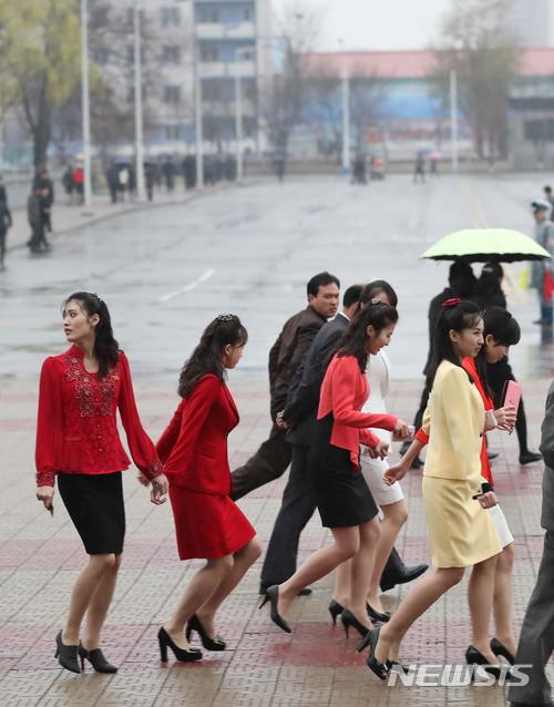 평양공연 사진공동취재단= 3일 오후 평양 류경정주영체육관앞에서 북한 주민들이 '북남 예술인들의 련환공연무대 우리는 하나'를 관람한 뒤 귀가를 하고 있다. /사진=뉴시스<br />