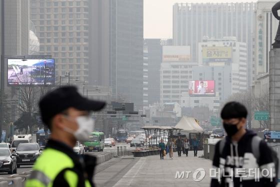 미세먼지 저주가 내린 서울의 모습./사진=이기범 기자