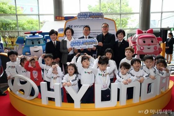 현대차는 2일 서울 코엑스에서 현대차, 안전생활실천시민연합, 로이비쥬얼 관계자 및 어린이 80여명과 함께 '로보카폴리와 함께하는 교통안전교실' 개최식을 진행했다./사진제공=현대자동차<br />