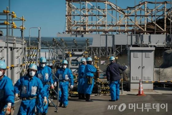 도쿄전력은 2011년 후쿠시마 제1원전 사고로 정지된 1~4호 원자로의 폐로를 결정했다. 약 30~40년 걸리는 이 작업에 투입된 근로자들이 2018년 2월 14일 후쿠시마 원전 사고 상흔과 치열하게 싸우고 있다.사진은 공동취재단이 제공한 것이다. /사진 제공=뉴시스