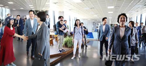 지난해 5월 김정숙 여사가 지방으로 가며 공항에서 시민들과 인사하고 있다. 2018.05.10. (사진=청와대 제공)    photo@newsis.com