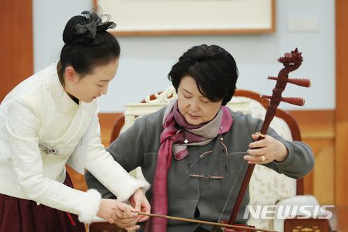 지난해 12월 중국을 방문한 김정숙 여사가 중국의 전통악기인 얼후 연주를 체험하고 있다. 2018.05.10. (사진=청와대 제공)    photo@newsis.com