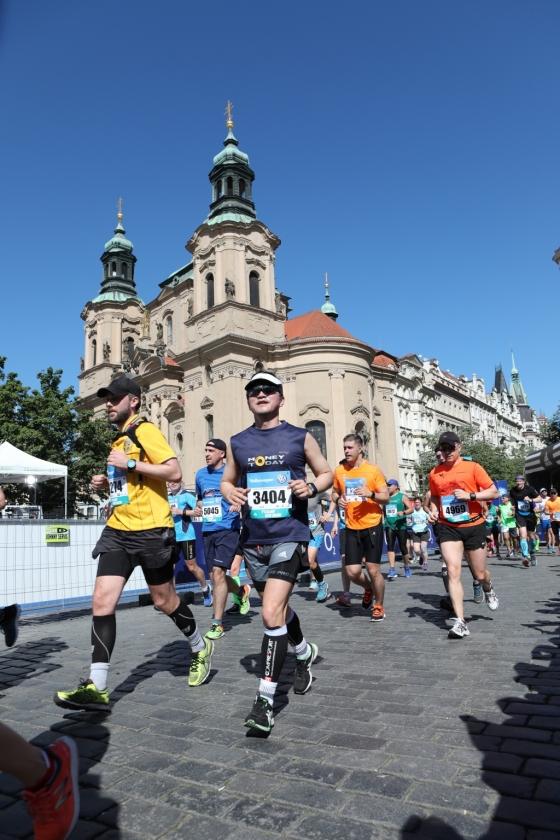 지난 6일 오전 체코 수도 프라하에서 열린 2018 프라하마라톤 대회 참가자들이 출발점이자 중간기착점, 골인점인 구시가 광장을 지나고 있다. 뒷편은 성 니콜라스 성당.(출발후 약 13킬로미터 경과 지점)/사진=Marathon-Photos.com