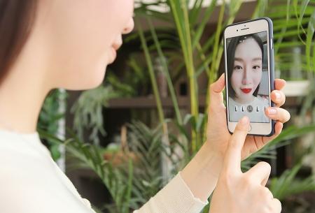 더현대닷컴 '메이크업플러스' 시연 모습 /사진제공=현대백화점