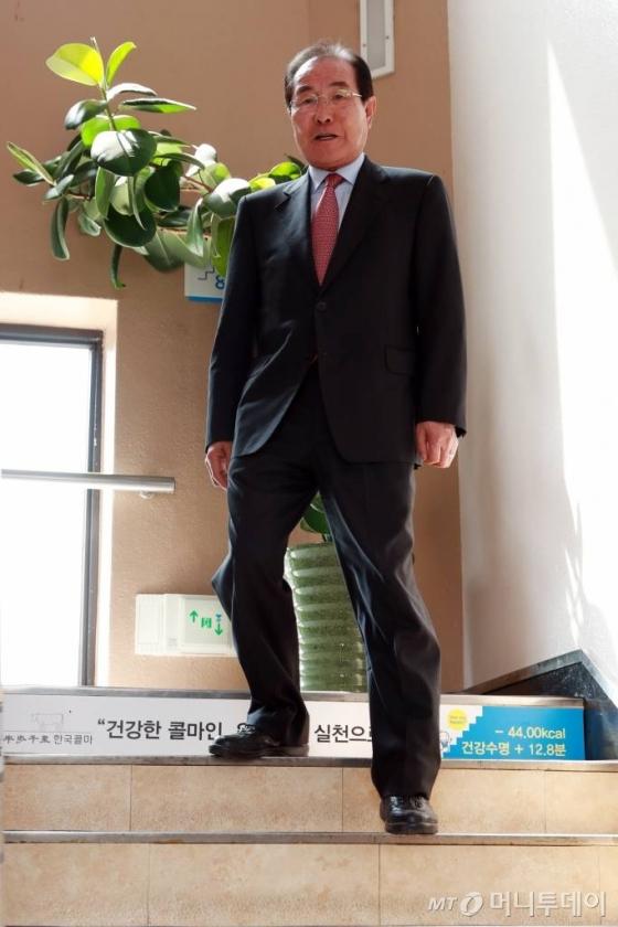 지난 11일 서울 서초동 한국콜마 서울사무소에서 머니투데이와 인터뷰 중인 윤동한 한국콜마 회장. '계단 걷기'의 중요성을 말하는 모습./사진=임성균 기자